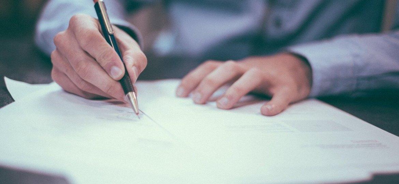 mani-che-scrivono-su-fogli