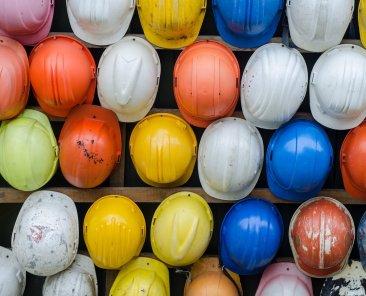 caschi-da-muratori-colorati-cantieri
