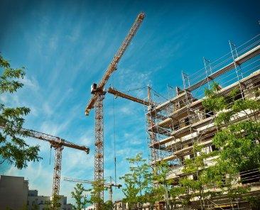 ponteggi-gru-edificio-lavori